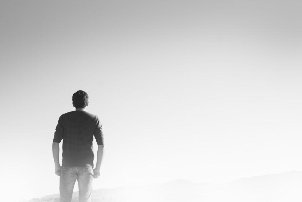 Ein Mensch schaut in die Ferne, Ansicht von hinten. © Fotorech // pixabay.de